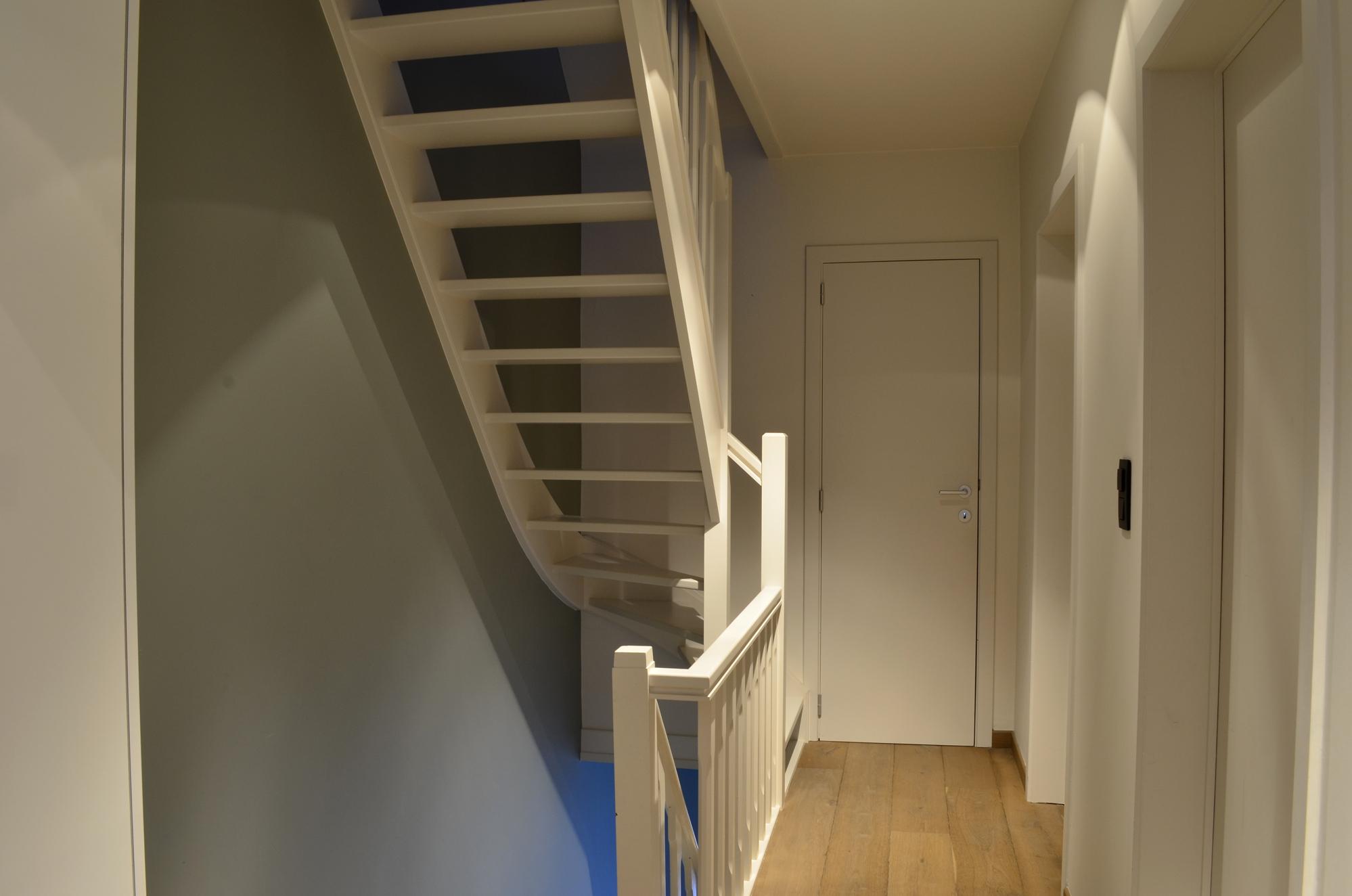 Geschilderde trap trappen realisaties - Interieur ontwerp trap ...
