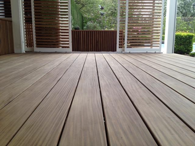 Definitief ontwerp van een houten terras bij een vrijstaande villa